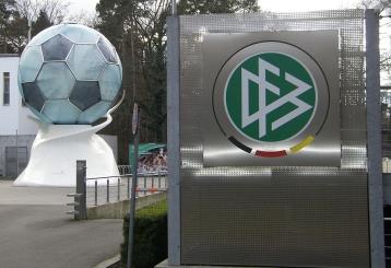 1280px-DFB-Zentrale_mit_Ball (1)